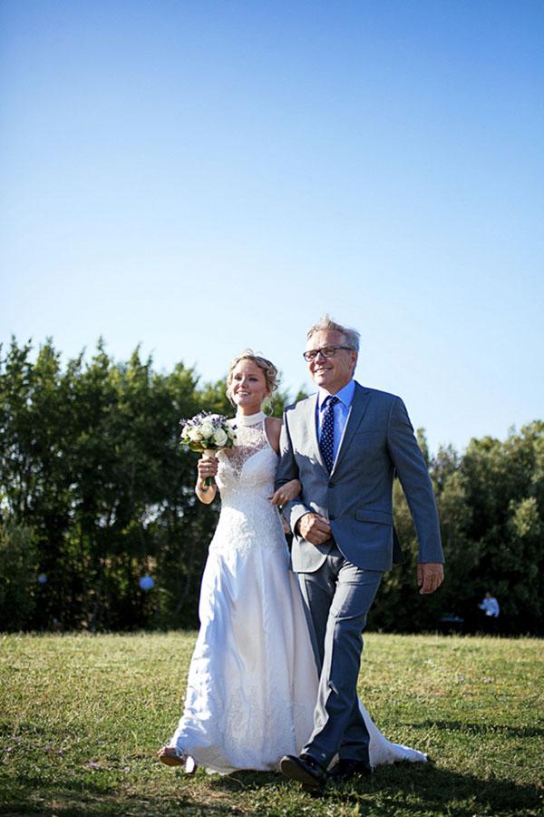 matrimonio rustico in un campo di grano