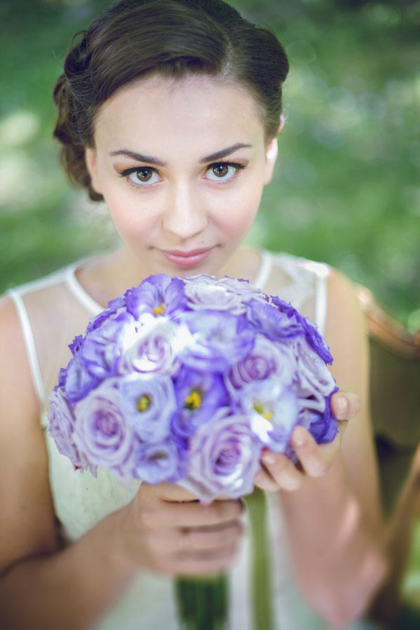 sposa vintage con bouquet viola