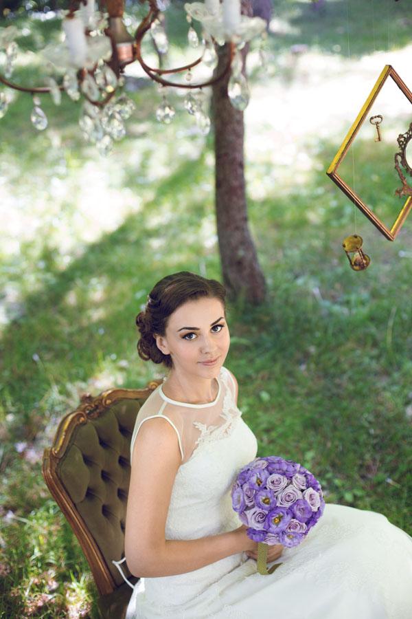 sposa vintage con bouquet viola e lilla