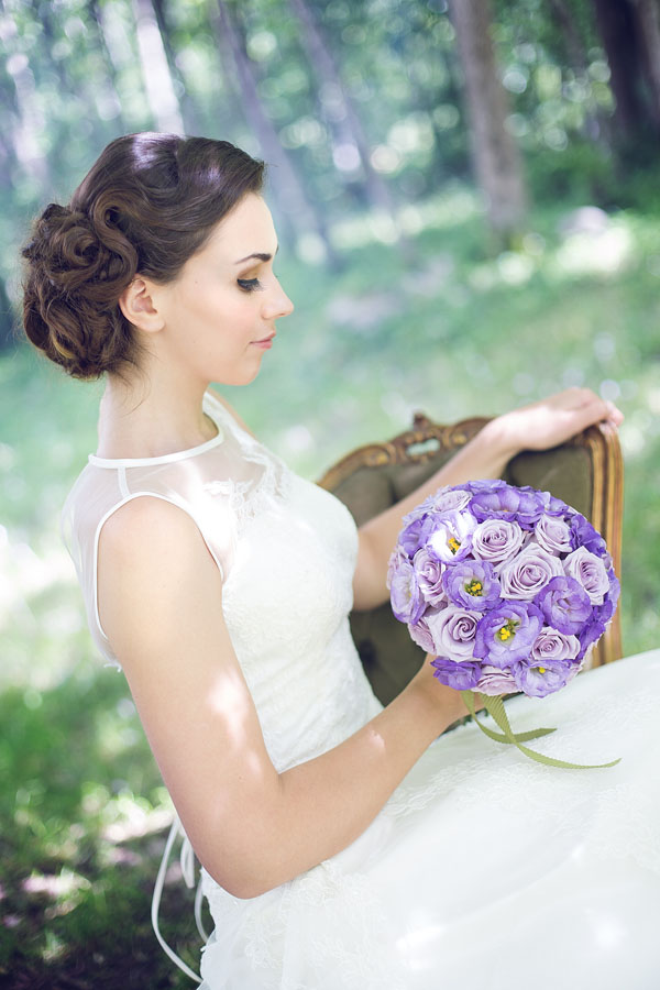 sposa vintage con bouquet lilla