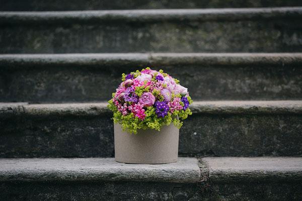 composizione floreale fucsia, rosa, viola e verde