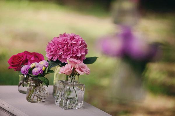 fiori fucsia in vasi di vetro