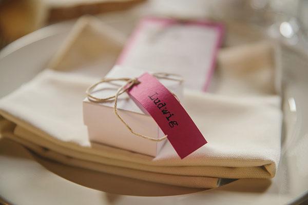 scatola segnaposto con targhetta fucsia