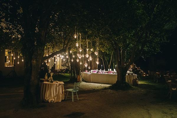allestimento matrimonio all'aperto con luci sospese