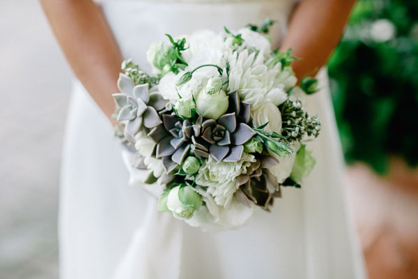 bouquet country bianco e verde con piante succulente