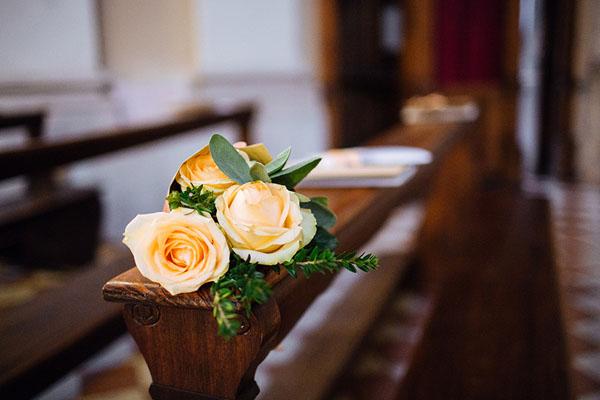 decorazioni arancioni per la chiesa