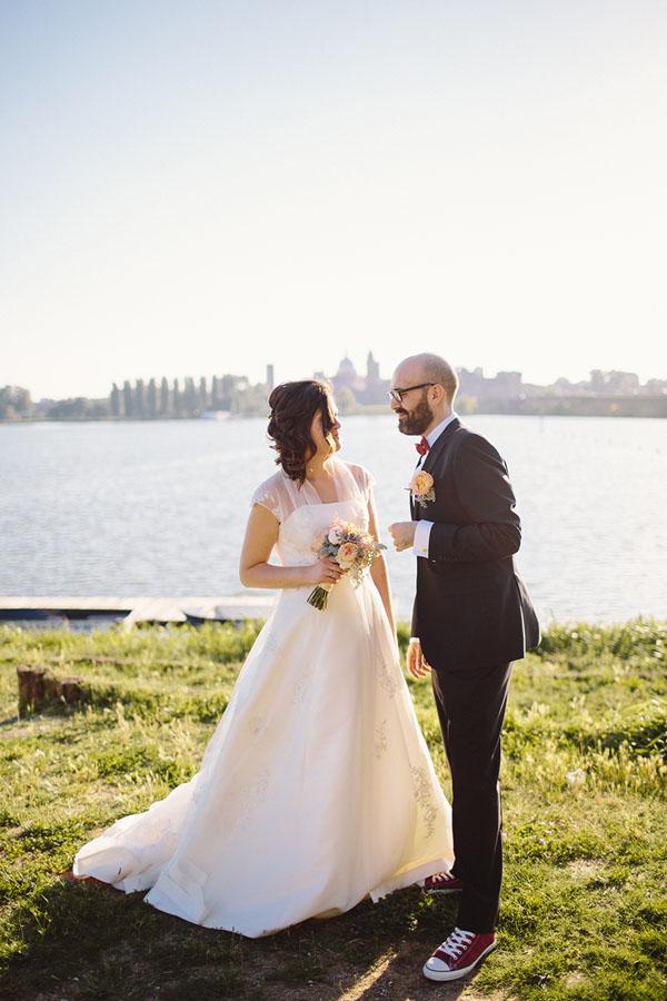 sposo con papillon e converse rosse