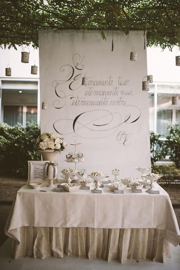 sweet table con sfondo calligrafico