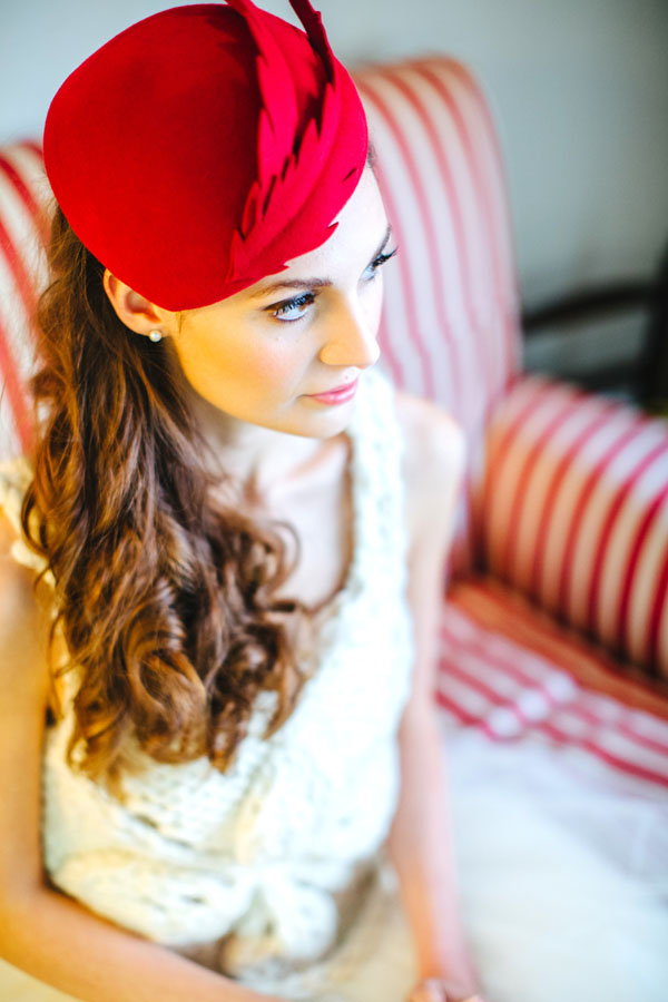 sposa con cappello rosso
