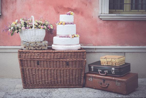 allestimento per matrimonio picnic con valigie vintage