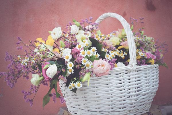 cesto di vimini pieno di fiori