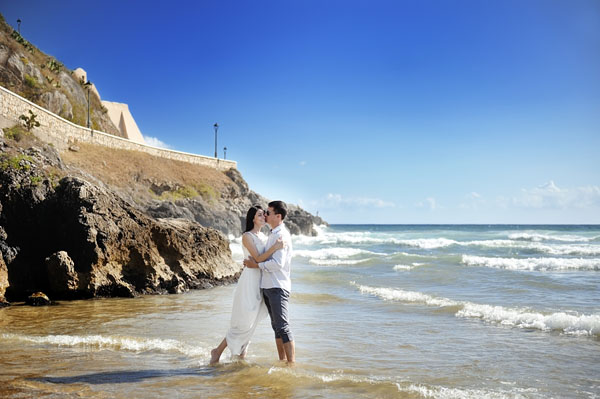 beautiful happy couple together embracing on the beach, Sperlong