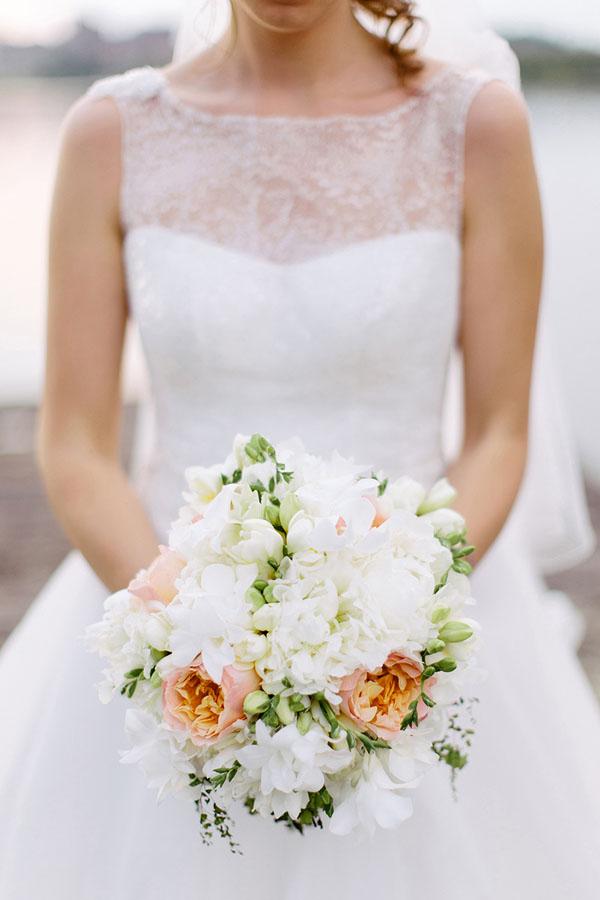 bouquet bianco, verde e pesca con rose juliet