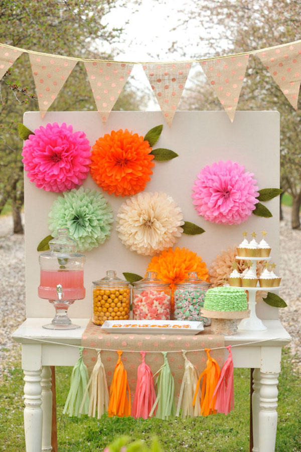 sfondo per photo booth con fiori di carta velina