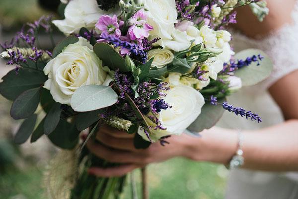 bouquet con rose, lavanda e fiori lilla