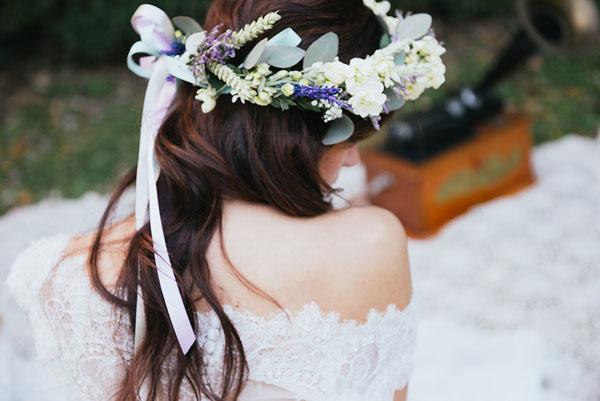 corona di fiori bianca e viola
