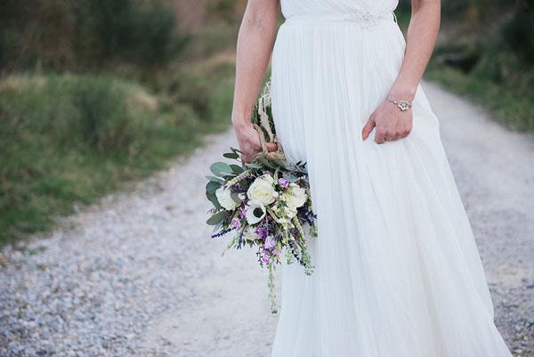 bouquet con rose, anemoni e lavanda