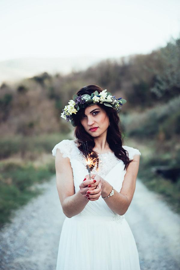 sposa bohemienne con corona di fiori