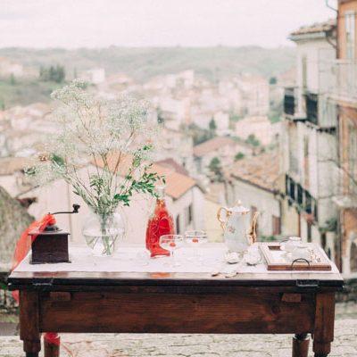 Dettagli rossi per uno styled shoot in Molise