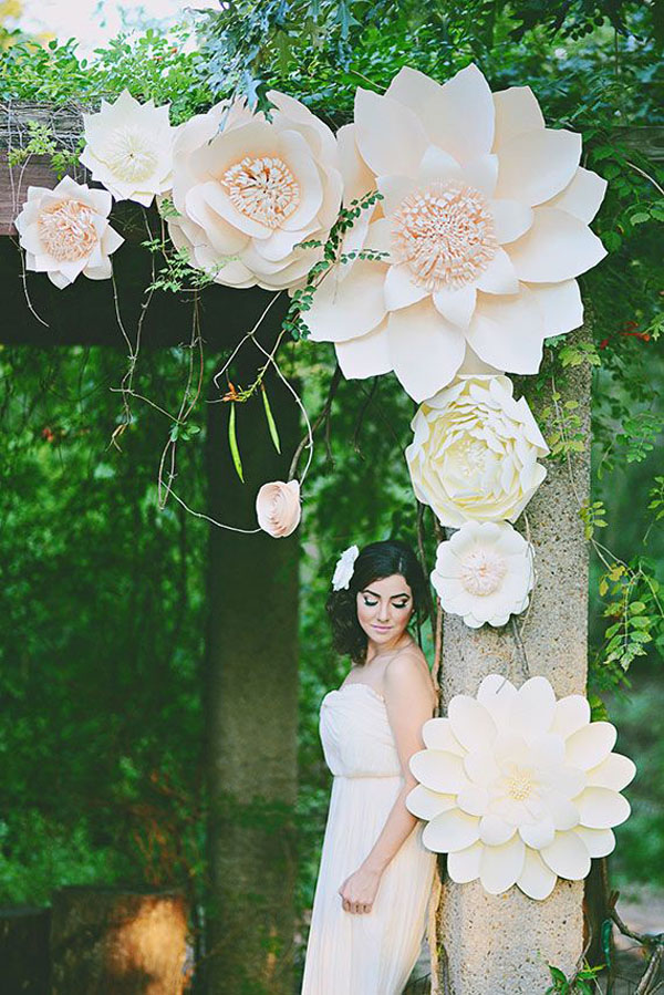arco nuziale con fiori di carta