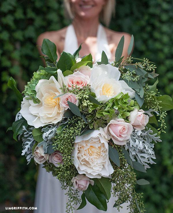 bouquet di fiori freschi e fiori di carta