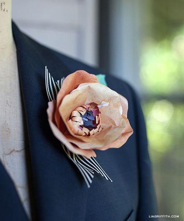 boutonniere con fiore di carta