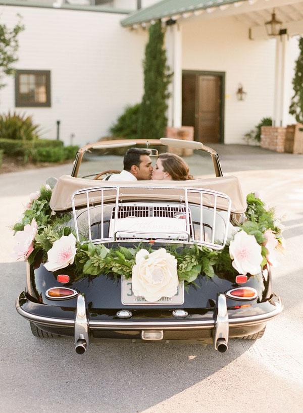 decorazione auto sposi con fiori di carta