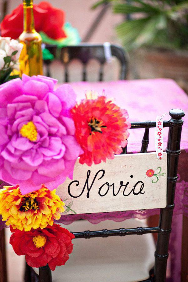decorazione sedia sposi con fiori di carta