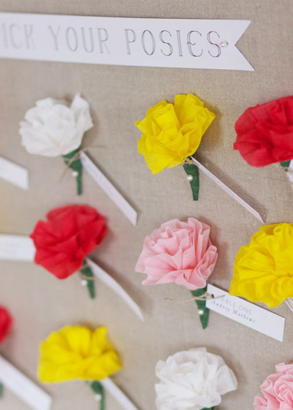 escort card con fiori di carta