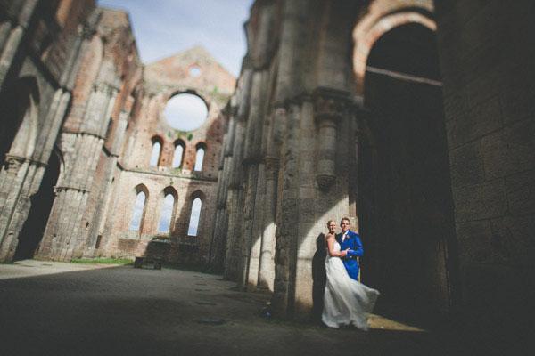 Un matrimonio rosa e lilla all'Abbazia di San Galgano