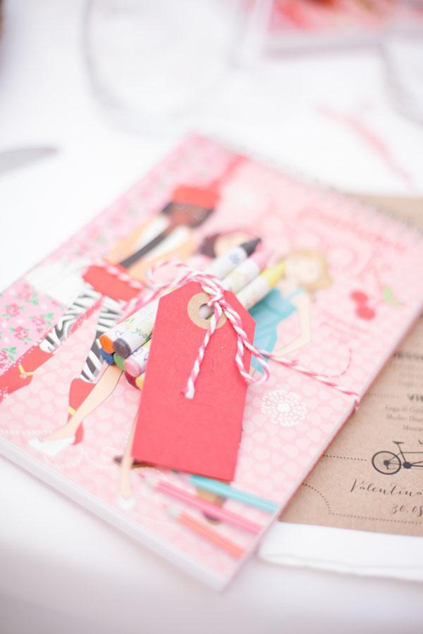 libro da colorare per intrattenere i bambini a un matrimonio