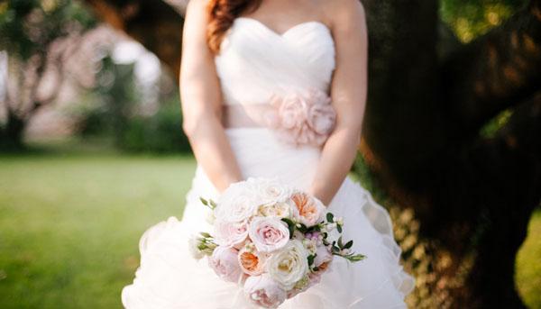 bouquet con rose da giardino rosa e pesca e bacche