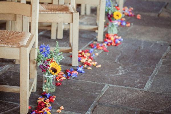 petali colorati lungo la navata
