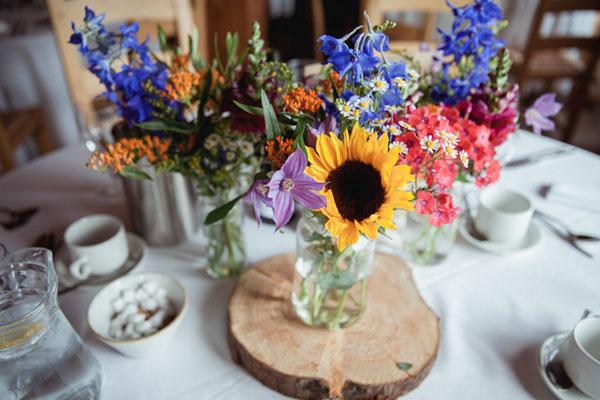 centrotavola con fiori di campo e girasoli