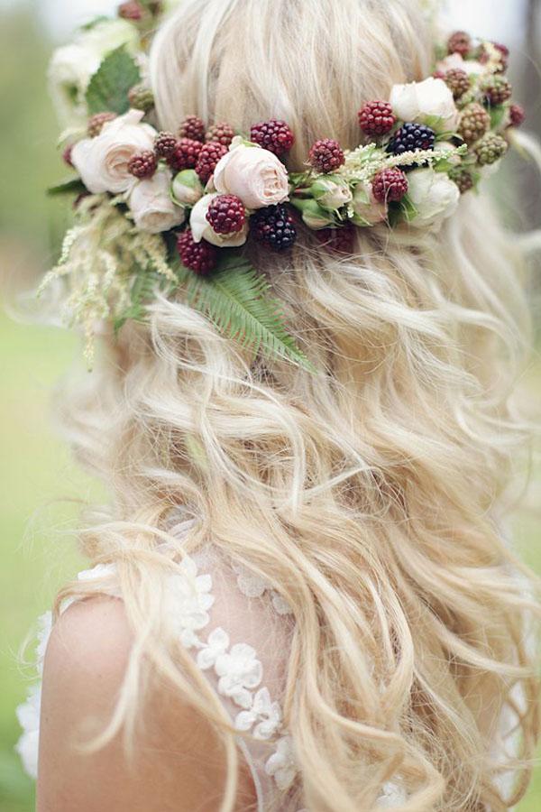 corona di fiori con frutti di bosco