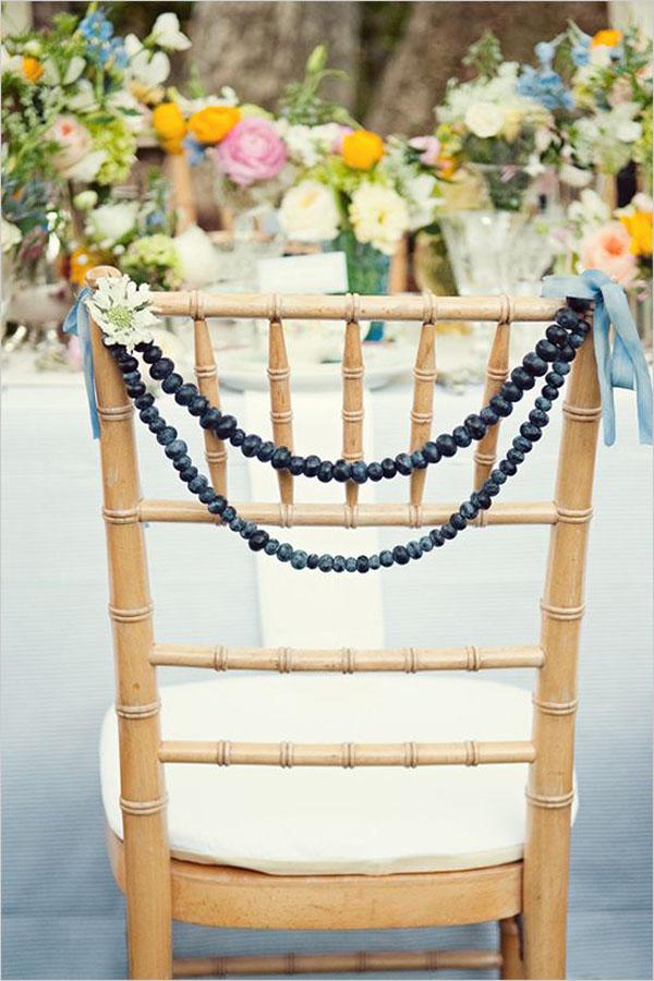 ghirlanda di mirtilli come decorazione per sedie