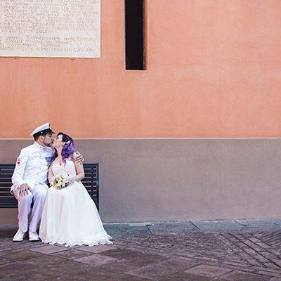 Un matrimonio anni '20 e una sposa con i capelli viola