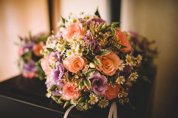 Fiori Bohemien Matrimonio : Pizzo e una corona di fiori per un matrimonio bohémien