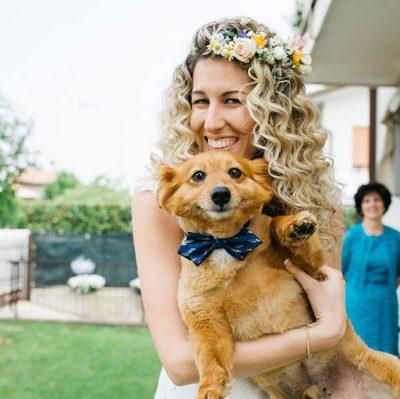 Pizzo e una corona di fiori per un matrimonio bohémien
