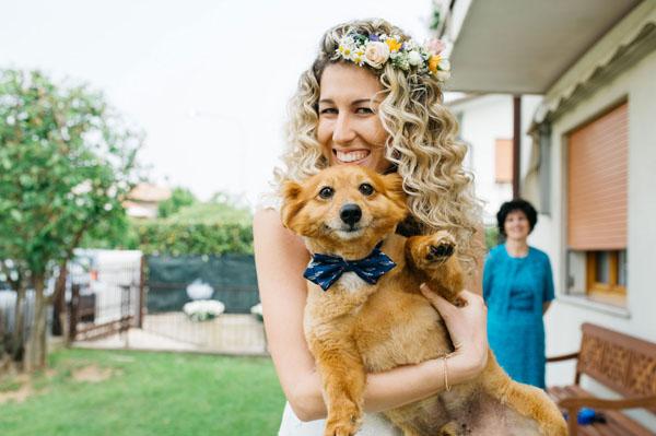 cane con papillon e sposa con corona di fiori