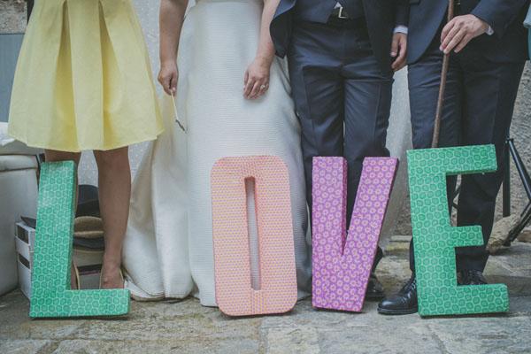 """scritta """"love"""" con lettere oversize colorate"""