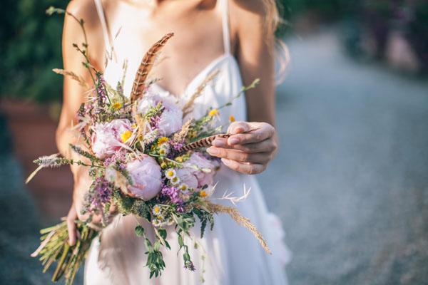 bouquet boho chic con peonie, camomilla e piume