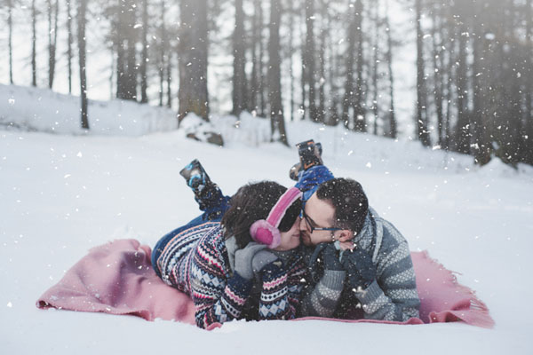 Un'engagement session a Sestriere tra neve e maschere