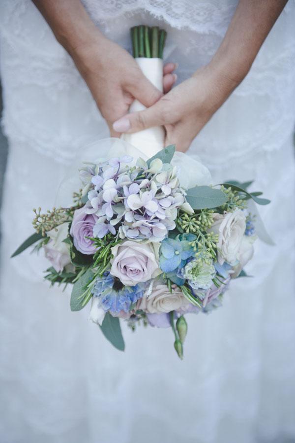 bouquet lilla e azzurro con rose e ortensie