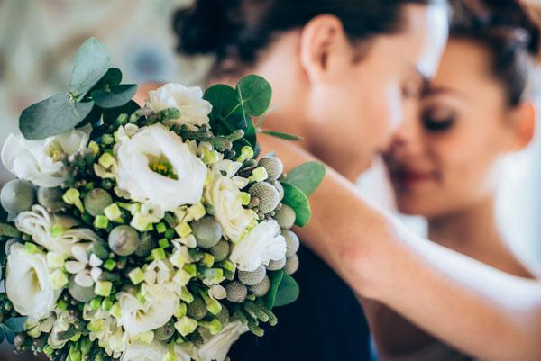 bouquet invernale con lisianthus, bacche e bouvardia
