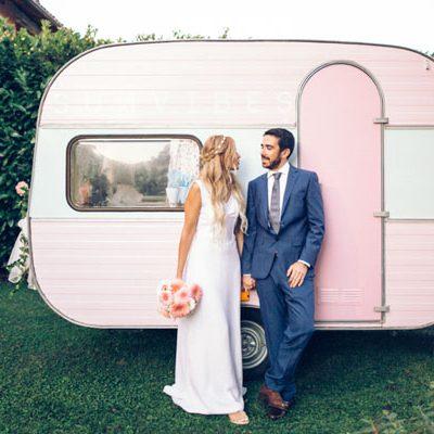 Una roulotte rosa per un matrimonio bohémien