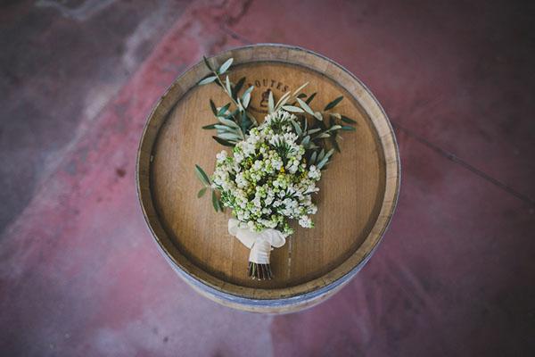 bouquet organico con bacche bianche e foglie d'ulivo
