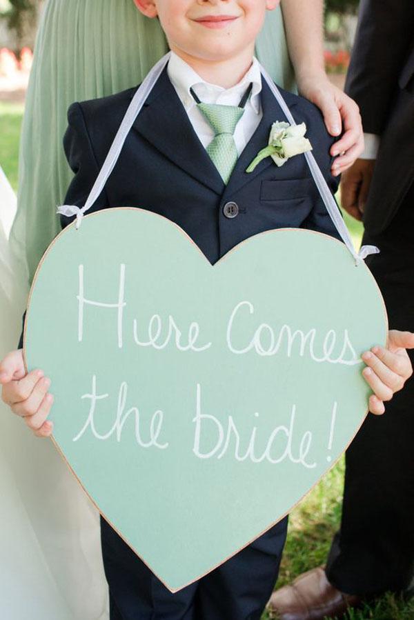 cartello here comes the bride a forma di cuore