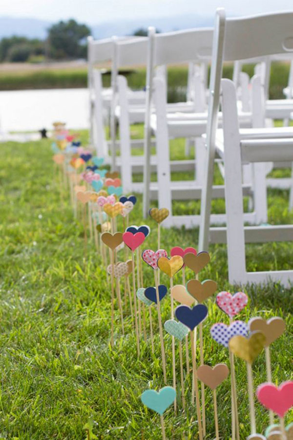 decorazione matrimonio all'aperto a forma di cuore