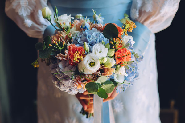 bouquet con ortensie azzurre e garofani arancioni